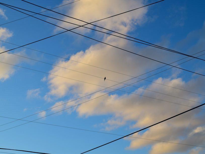 Image for Rīgā sakaru gaisvadu līnijas vidējā termiņā jāpārvieto pazemē